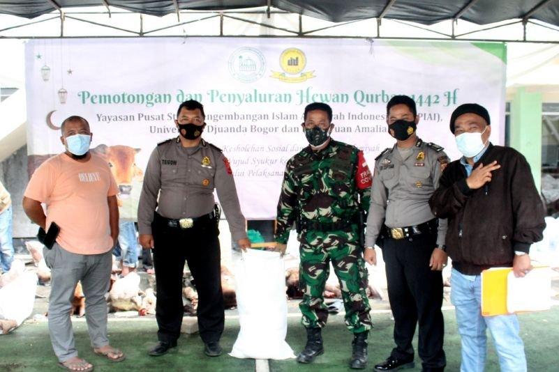 Tingkatkan Ukhuwah Islamiyah di Tengah Pandemi, UNIDA Bogor Bagikan Paket Daging Qurban Kepada Masyarakat